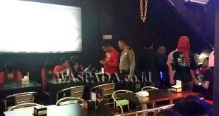 Petugas Polsek Medan Sunggal razia Cafe Campions di Jalan Dr Mansyur Medan. (WOL. Photo/Gacok)