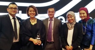 Aireen Omar, Chief Executive Officer of AirAsia Berhad (second from left) together with the Group Treasury and Aircraft Finance team at the Aviation 100 Awards Ceremony in Hong Kong where the airline bagged two awards for the APAC CEO of The Year and APAC Debt Deal of The Year.​ (foto: airasia)