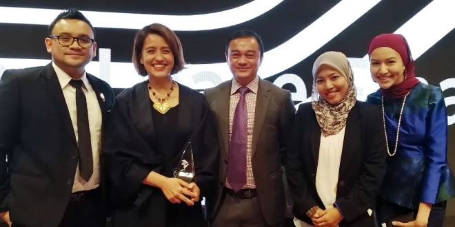 Aireen Omar, Chief Executive Officer of AirAsia Berhad (second from left) together with the Group Treasury and Aircraft Finance team at the Aviation 100 Awards Ceremony in Hong Kong where the airline bagged two awards for the APAC CEO of The Year and APAC Debt Deal of The Year. (foto: airasia)