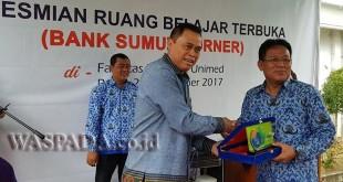 Rektor Unimed Prof. Syawal Gultom menyerahkan plakat kepada Direktur Kepatuhan Bank Sumut Yulianto Maris disaksikan Dekan FE Unimed Prof. Indra Maipita. (WOL Photo/Ist)