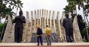 Pak Dalijan dan Pak Kawit sedang berkunjung ke Tugu Proklamasi di Jakarta. PT Bank Negara Indonesia (Persero) Tbk (BNI) kembali memberikan apresiasi kepada para Anggota Legiun Veteran Republik Indonesia (LVRI) melalui program yang diinisiasi Kementerian BUMN RI dalam memberikan penghargaan kepada veteran di Hari Pahlawan, 10 November 2017. (WOL Photo/Ist)