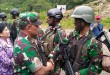Panglima TNI Jenderal Gatot Nurmantyo menyalami prajuritnya yang naik pangkat (Saldi/Okezone)