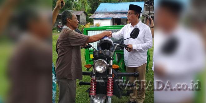 Gus Irawan Pasaribu, Ketua Komisi VII DPR-RI saat menyerahkan bantuan motor sampah pada warga di Mandailing Natal. (WOL Photo/Ist)