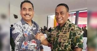 Komandan Korps Marinir TNI AL, Mayjen TNI Marinir Bambang Suswantono salam komando dengan Anggota DPRD Kota Medan Hendrik H Sitompul.