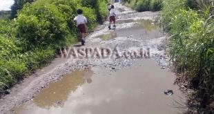 Jalan di Desa Melas Kecamatan Dolat Rayat Kabupaten Karo terlihat bagaikan kubangan kerbau. (WOL Photo/Basita Bukit)