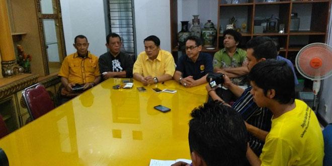 Sejumlah pengurus DPD Golkar DIY berkumpul membahas penyelamatan partai usai Setya Novanto menjadi tersangka. (Foto: Kuntadi)
