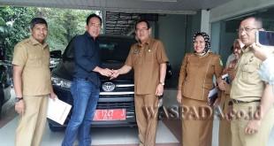 Anggota DPRD Medan dari Fraksi Hanura, Hendra DS, mengembalikan mobil dinas, Senin (13/11).