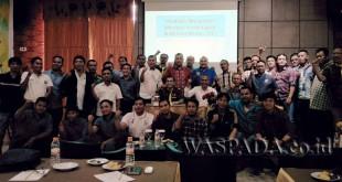 Ketua KONI Medan Drs Eddy Sibarani bersama wartawan peserta pelatihan manajemen informasi keolahragaan di Hotel Grand Kanaya Medan, Sabtu (11/11). (WOL Photo/Ilham)