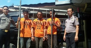 Petugas Sentra Pelayanan Kepolisian Terpadu (SPKT) Polsek Medan Baru, mengintrogasi tiga maling tiang Telkom.(WOL Photo/Gacok)