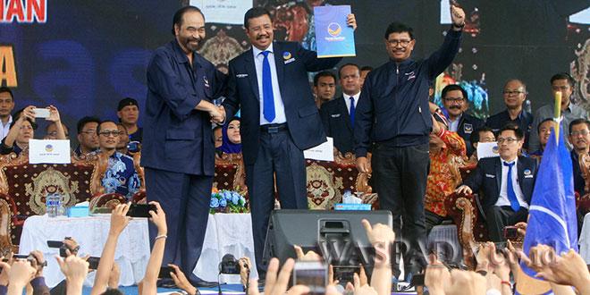 Ketum Partai NasDem Surya Paloh melantik dan mendeklarasikan dukungan untuk HT Erry Nuradi sebagai Ketua Partai NasDem Sumut dan Calon Gubsu periode 2018-2023 di lapangan Merdeka Medan, Minggu (12/11). (WOL Photo)