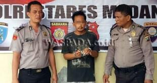 Petugas usai menginterogasi tersangka pembeli narkoba yang ditangkap di Jalan TB Simatupang, Gang Wakaf II, Kelurahan Lalang, Kecamatan Medan Sunggal. (WOL Photo/Gacok)