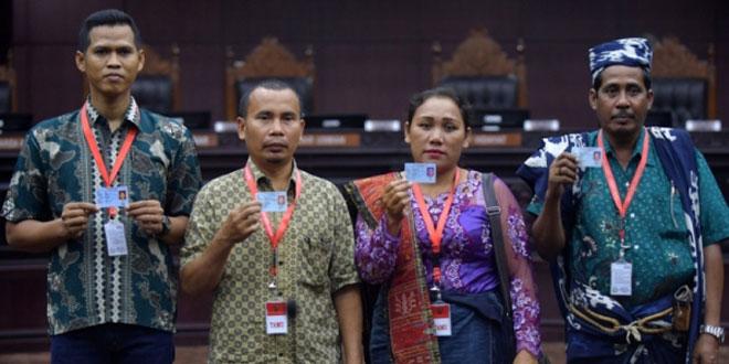 Empat warga Penghayat Kepercayaan memberikan kesaksian di Mahkamah Konstitusi (Foto: Antara)