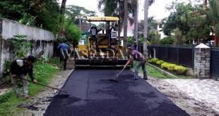 Dinas Pekerjaan Umum siang dan malam memperbaiki jalan rusak di Kota Medan.