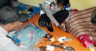 Petugas Provos Polsek Medan Helvetia melihat barang bukti dalam penggerebekan di kamar kos.(WOL Photo/Gacok)