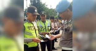 Kanit Provost Polsek Medan Baru, Aiptu Salmen melakukan pemeriksaan surat-surat terhadap personel dalam Gaktibplin.(WOL Photo/Gacok)