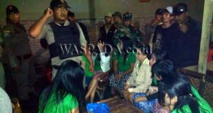 Muspika Kecamatan Medan Selayang, mengamankan PSK dan pria dalam razia cafe dan hotel di Jalan Ngumban Surbakti Medan.(WOL Photo/Gacok)