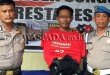 Petugas Reskrim Polsek Medan Sunggal interogasi tersangka sopir angkot jadi maling sepeda motor. (WOL Photo/Gacok)