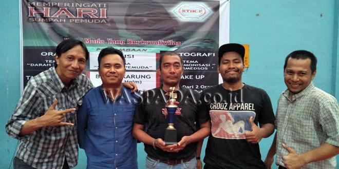 Puket I STIK-P Austin Tumengkol SSos MIKom ikut memeriahkan lomba Sumpah Pemuda di kampus STIK-P, Kamis (9/11). Austin cs pun tampil sebagai juara tarik tambang. (WOL Photo/Ilham)