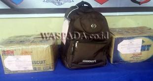 Tas ransel dan kotak kardus berisikan 30 Kg ganja diamankan. (WOL Photo/Gacok)
