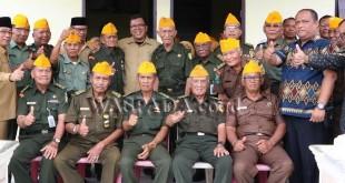 Wakil Wali Kota Binjai H Timbas Tarigan bersama anggota veteran Binjai, Jumat (10/11). (WOL Photo/Riswan)