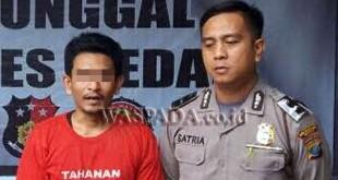 Petugas SPKT Polsek Medan Sunggal mengintrogasi tersangka warga Aceh Utara ditangkap kasus narkoba di Medan. (WOL Photo/Gacok)
