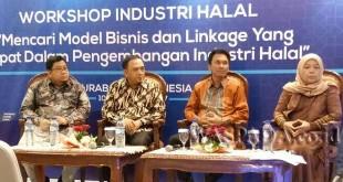 Pengusaha muda asal Sumatera Utara, CEO Aroma Bakery Cake & Shop, H Suhardi SE, (dua dari kiri) selaku nara sumber diutus dalam mewakili pengusaha untuk wilayah bagian Indonesia Barat dalam Festival Ekonomi Syariah Indonesia 2017, digelar di Grand City Surabaya.(WOL Photo)