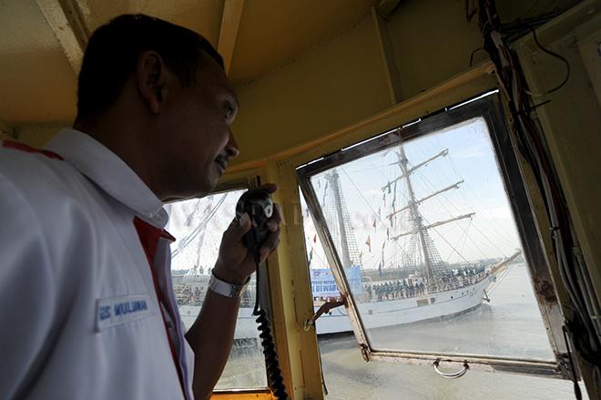 Petugas Pelindo I memandu kapal KRI Dewa Ruci saat akan berlabuh di pelabuhan Terminal Penumpang Bandar Deli, Belawa, Medan, Rabu (6/12). Kehadiran KRI Dewa Ruci ini merupakan rangkaian Ekspedisi Nusantara Jaya (ENJ) 2017 dan upaya untuk memperkenalkan KRI Dewa Ruci sebagai pembawa misi budaya kemaritiman nasional serta memperkenalkan Terminal Bandar Deli dan Pelabuhan Belawan pada masyarakat luas. (WOL Photo/Ega Ibra)