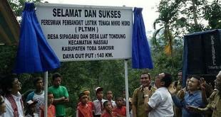 Gus Irawan Pasaribu saat meresmikan listrik tenaga mikro hidro di Desa Sipagabu dan Desa Liat Tondong Tobasa, akhir pekan lalu. (WOL Photo/Ist)