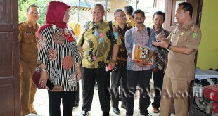 Camat Medan Selayang, Sutan Tolang Lubis S STP MSP (kanan) sedang memberikan arahan kepada camat dan lurah dari Kota Bandung dalam rangka studi banding.(WOL. Photo/Gacok)