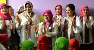 Evi Diana bersama Iriana Joko Widodo dan Mufidah Jusuf Kalla menari bersama anak-anak Paud di Deliserdang, beberapa waktu lalu. (Ist)