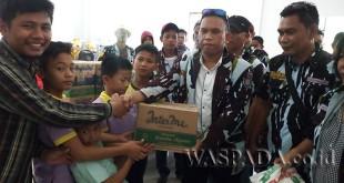 Ketua Ranting IPK Seikambing D, Kecamatan Medan Petisah, Nampat Ginting, didampingi anggotanya secara simbolis memberikan sembako ke panti asuhan di Medan.(WOL. Photo/Gacok)