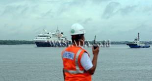 Petugas PT Pelindo I memonitor proses bersandarnya kapal pesiar Mv Silver Discoverer yang akan bersandar di Terminal Penumpang Bandar Deli, di Belawan, Medan, Minggu (3/12). Kapal pesiar yang membawa 67 wisatawan mancanegara asal Asia dan Eropa tersebut, merupakan kapal pesiar ketiga di tahun 2017 yang bersandar di Terminal Penumpang Bandar Deli milik PT Pelindo I, dan kunjungan tersebut diharapkan dapat memajukan pariwisata Sumatera Utara. (WOL Photo/Ega Ibra)