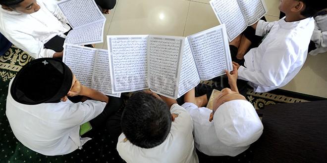 Sejumlah anak yatim membaca Al-Quran saat khataman masal di Mesjid Al Jihad Medan, Kamis (7/12). Sebanyak 600 anak yatim mengikuti kegiatan khatam Al-Quran masal yang diselengarakan PT Pertamina (Persero) Marketing Operation Region I Sumatera Utara sebagai bentuk syukur pencapaian perusahaan di usia yang ke-60. (WOL Photo/Ega Ibra)