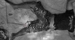 Mayat pria tanpa identitas dengan mengenakan celana loreng di dalam parit besar. (WOL. Photo/Gacok).