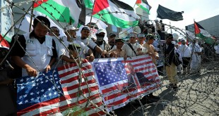 Massa yang berasal dari berbagai elemen umat Islam menggelar aksi damai peduli terhadap Palestina, di depan kantor Konjen Amerika, Medan, Jumat (15/12). Aksi tersebut sebagai bentuk protes atas penyataan Presiden Amerika, Donald Trump yang secara sepihak mengakui Jerusalem sebagai Ibu Kota Negara Israel. (WOL Photo/Ega Ibra)