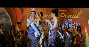 Sri Bunga Rizky (kiri), menerima mahkota sebagai Puteri Indonesia Sumatera Utara 2017 usai malam puncak pemilihan, di Medan, Selasa Malam (12/12). Sri Bunga Rizki dinobatkan sebagai Puteri Indonesia Sumatera Utara 2017 setelah menyisihkan 27 finalis lainnya dan akan mewakili Sumatera Utara pada ajang Puteri Indonesia 2018. (WOL Photo/Ega Ibra)