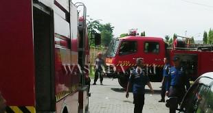 Mobil pemadam kebakaran tiba di lokasi ruko nyaris musnah terbakar.(WOL. Photo/Gacok).