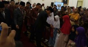 Presiden Joko Widodo menyantuni anak yatim di perayaan Maulid Nabi di Istana Bogor (Fakhri/Okezone)