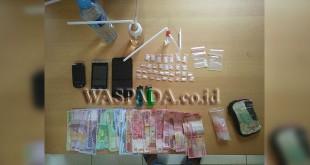 Sejumlah barang bukti sabu dan uang diamankan dari 3 tersangka di Jalan Veteran, Kelurahan Perdagangan I, Kecamatan Bandar, Kabupaten Simalungun.(WOL. Photo/Gacok)