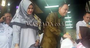 Owner PT. Arma Anugrah Abadi H. Suhardi SE bersama istri Hj. Triana Daulay, memberikan memberikan santunan kepada anak yatim dan fakir miskin.(WOL Photo/Gacok)