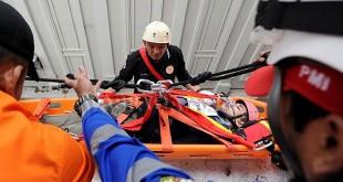 Pelatih memperaktikkan teknik evakuasi korban bencana dari ketinggian gedung saat simulasi di Gedung Bank Indonesia (BI), Medan, Kamis (21/12). (WOL Photo/Ega Ibra)