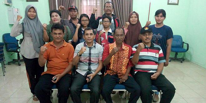 Atlet catur pose bersama Ketua Umum KONI Medan Drs Eddy H Sibarani jelang bertanding di Piala Gubsu. (WOL Photo/Ist)