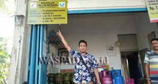 Polisi Menunjukkan Pamflet Pangkalan Gas LPG (WOL Photo/Chairul Sya'ban)