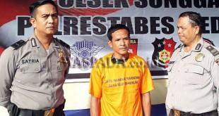 Dua personel Polsek Medan Sunggal menggiring tersangka narkoba untuk dimasukkan ke ruang tahanan. (WOL Photo/Gacok)