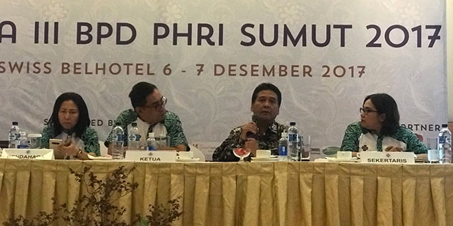 Hariyadi Sukamdani, (dua kanan), didampingi Denny S Wardhana (dua kiri) saat memberi beberapa masukan terkait perkembangan industri hotel dan restoran yang ada di Indonesia dan Sumut, saat Rakerda ke-3 PHRI Sumut di Hotel Grand Swisbel, Rabu (6/12) kemarin. (WOL Photo/Ist)