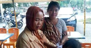Korban Sutiawati bersama anaknya Sari Rahayu, menceritakan peristiwa dialaminya kepada Waspada Online.(WOL Photo/Gacok)