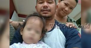 Yusrizal alias Rizal (37) dan istri Nova Devianti Br Tarigan berfoto dengan almarhumah Putri Meutia (20 bulan) semasa hidupnya. (WOL Photo/Gacok)
