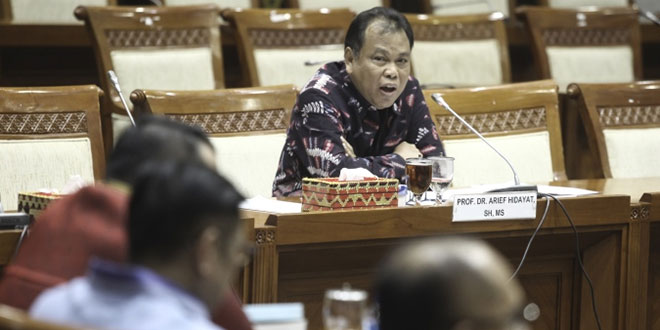 Arief Hidayat saat menjalani fit and proper test sebagai calon hakim MK. (Foto: Antara)