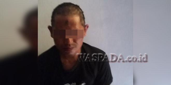Tersangka pencuri uang kotak infak Musholla Al-Ikhlas diamankan.(WOL Photo/Gacok)