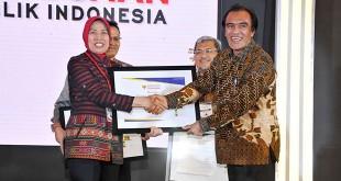 Anggota Ombudsman RI Laode Ida menyerahkan penghargaan predikat Kepatuhan Tinggi terhadap pelayanan publik Pemprov Sumut kepada Wagubsu Nurhajizah Marpaung dalam acara Penganugerahan Predikat Kepatuhan di Balai Kartini Jakarta, Selasa (5/12). (WOL Photo/Ist)